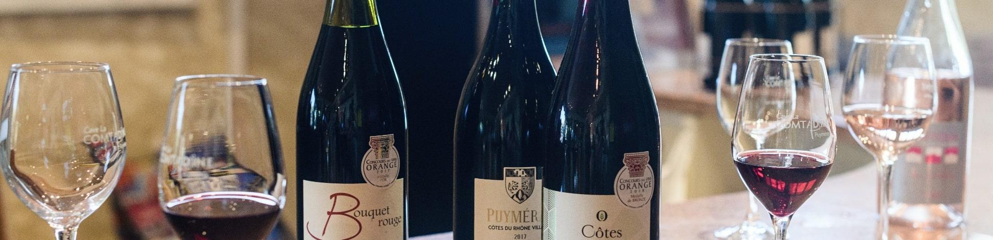 Photos bouteilles vin rouge et verres sur une table